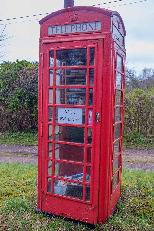Une ancienne cabine téléphonique devenue bibliothèque.