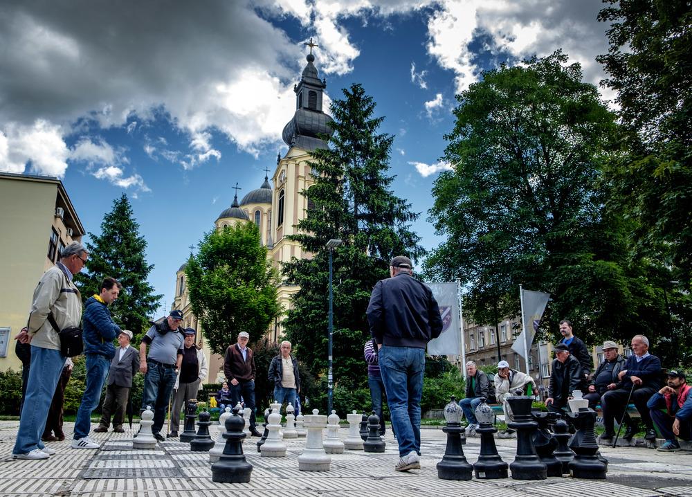 Pour deux hommes qui jouent aux échecs, vingt leur donnent des conseils.