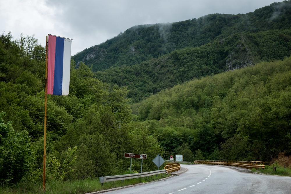 Le drapeau de la République serbe de Bosnie.