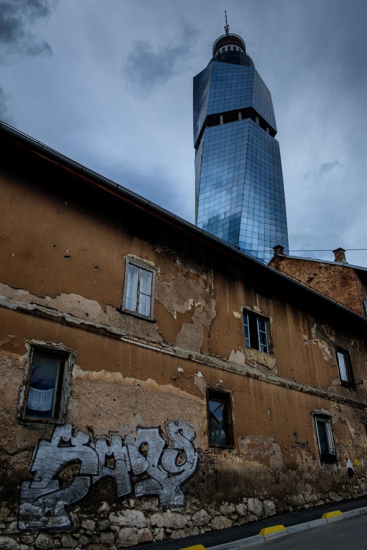 L'Avaz Twist Tower, haute de 172 mètres incluant son antenne.