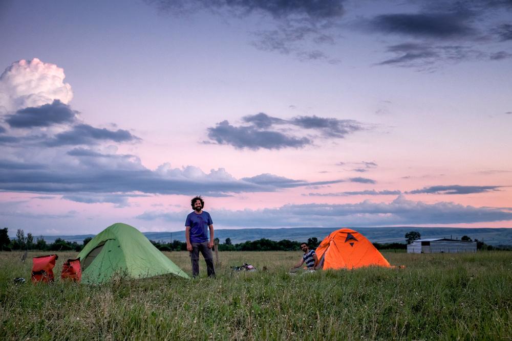 Camping dans un champ à Manavi. Mathieu à gauche, Mehmet à droite.