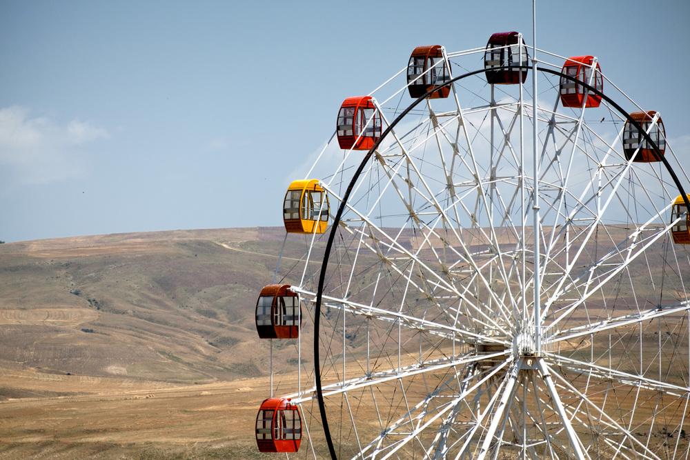 La grande roue perdue dans le désert.