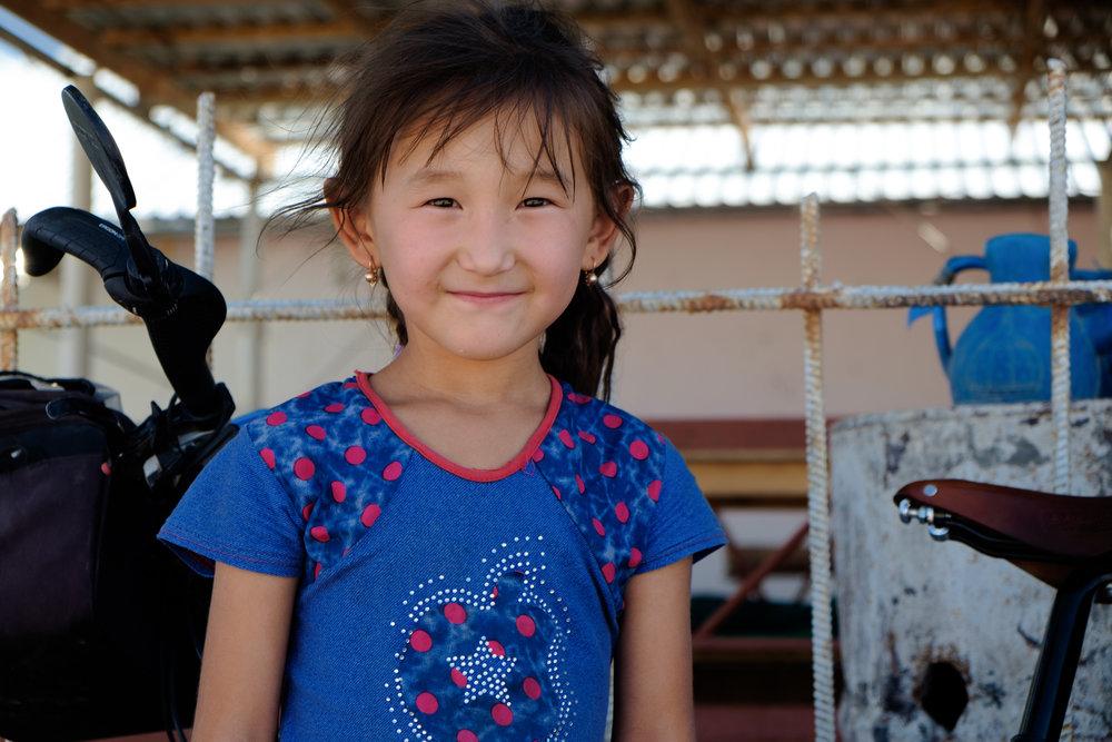 Tout n'est pas toujours difficile. Cette petite-fille du propriétaire d'une maison de thé a égayé ma journée avec sa joie et ses sourires constants.