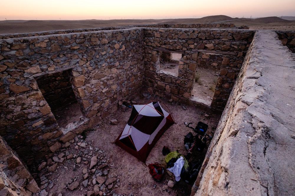 Ma tente, installée à l'intérieur d'une ruine en pierres près du village de Guzar.