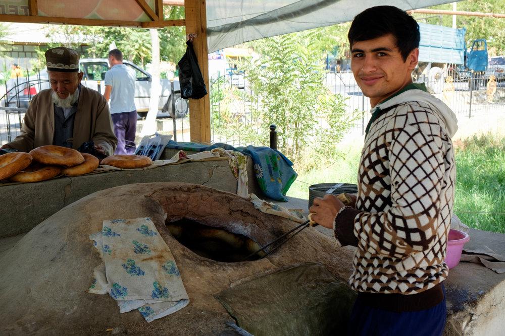 Le pain et d'autres repas sont cuits à l'intérieur de grands fours en argile.