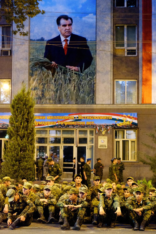 L'armée au repos, sous l'oeil bienveillant du président.