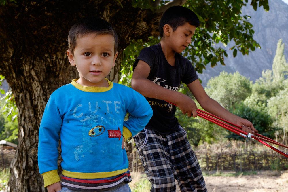 Les enfants m'aidant à ranger ma tente.