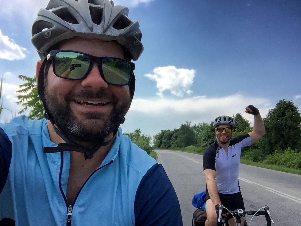 Jonathan et Sacha en vélo en Bulgarie, en juin dernier.