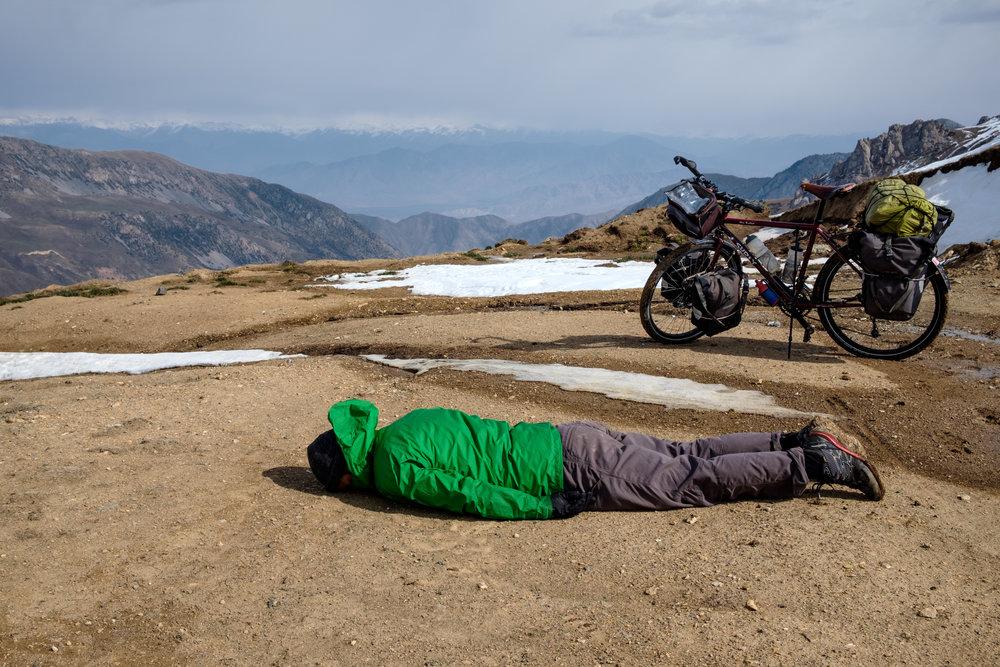 Un peu de repos après une montée difficile au Kirghizistan.