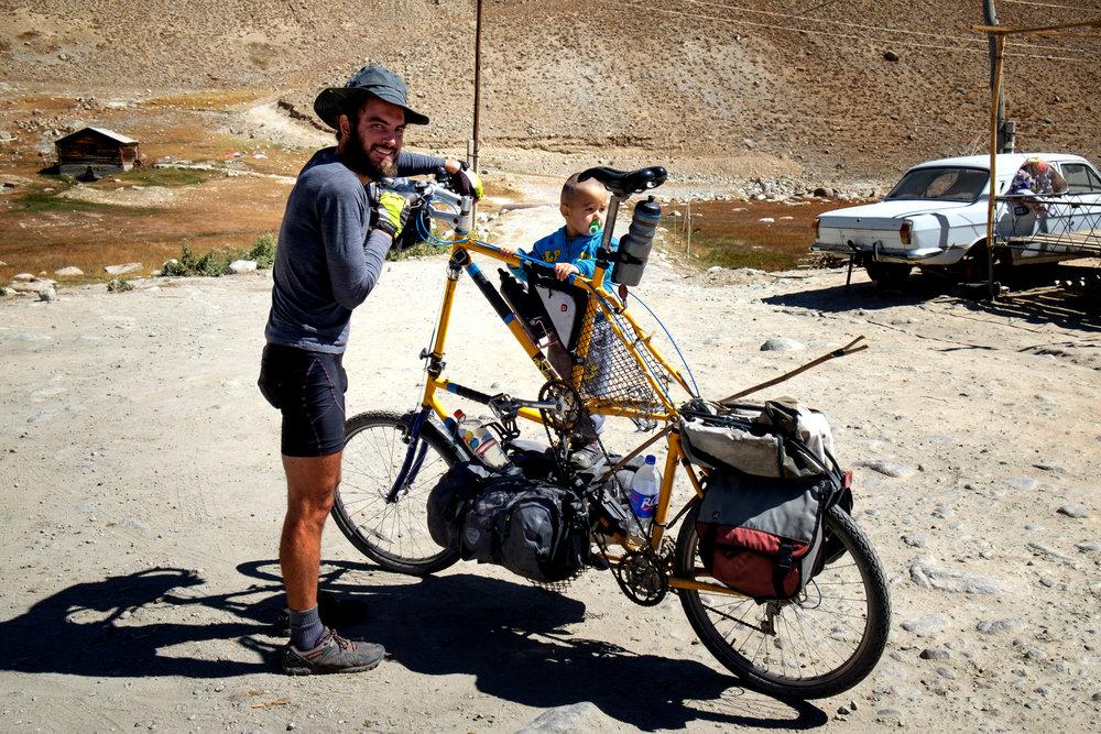 Pierre donnant un tour de manège à un enfant sur son incroyable vélo.