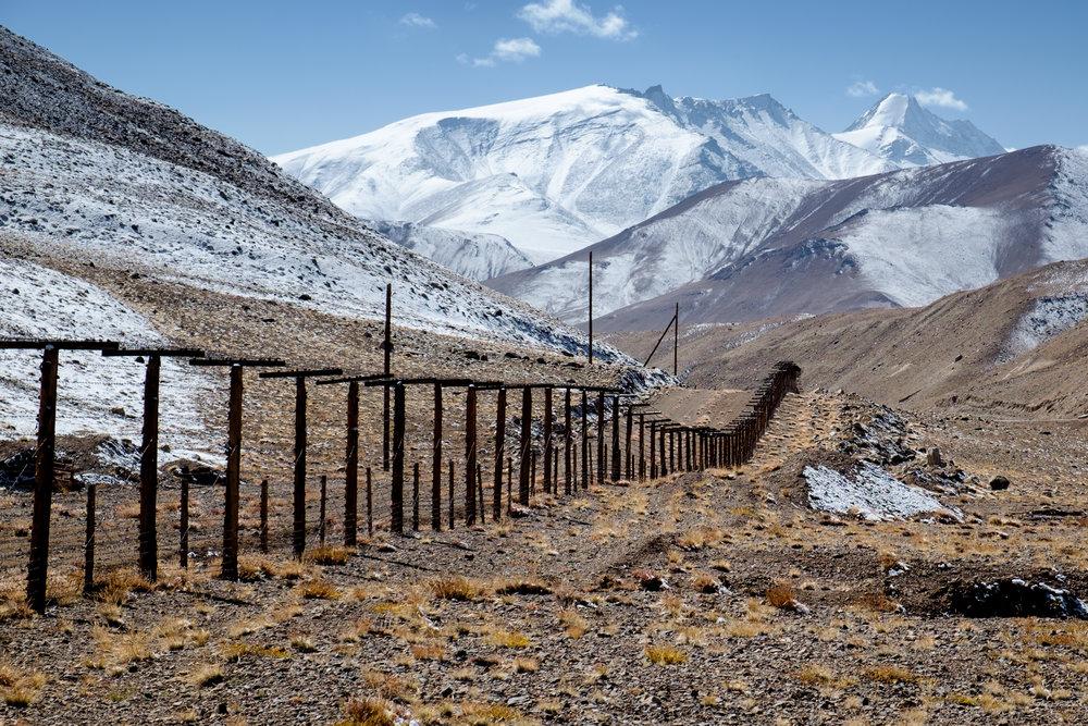 La nouvelle frontière chinoise, gardée par plusieurs rangs de barbelés.