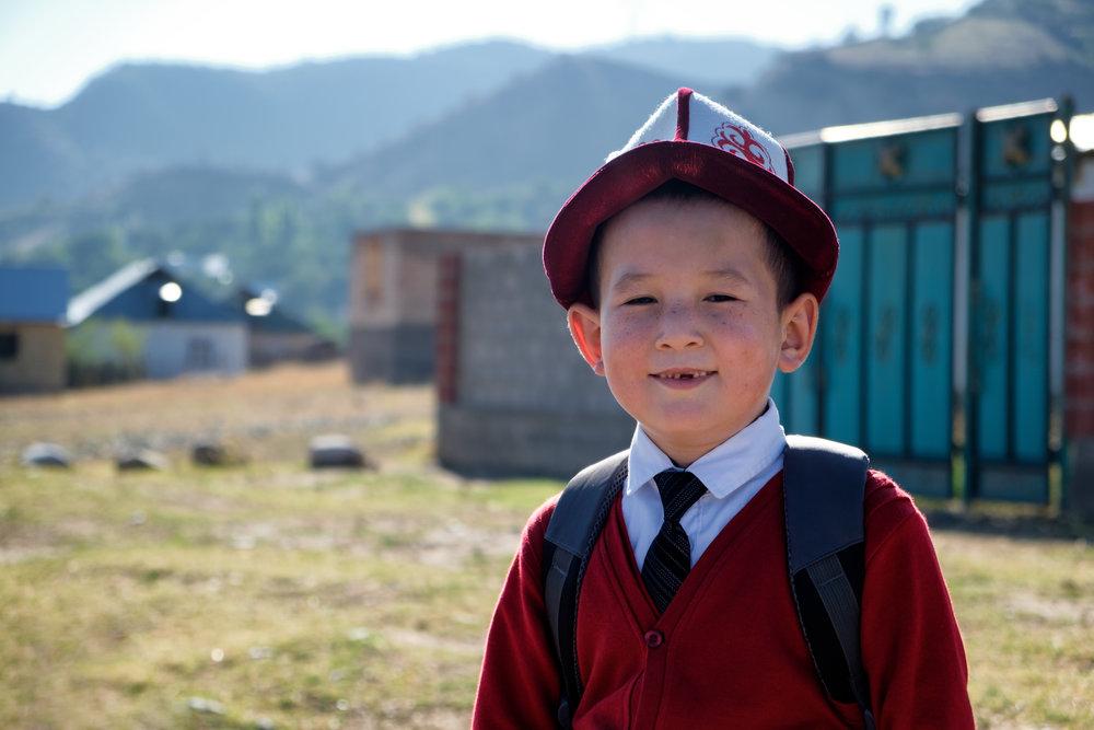 Un écolier kirghize, avec son chapeau officiel, le kalpak.