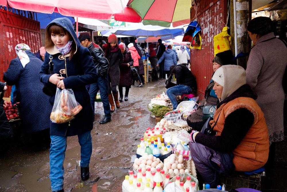 Pluie, boue et froid au bazaar de Bichkek.