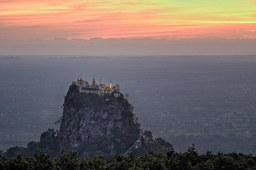 Le monastère sur le bouchon volcanique au Mont Popa.