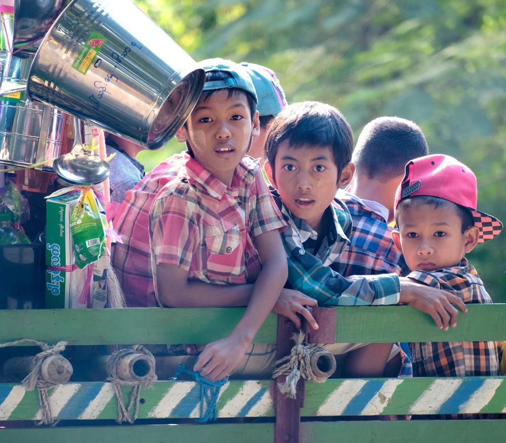 Des enfants plutôt surpris dans un char de parade.