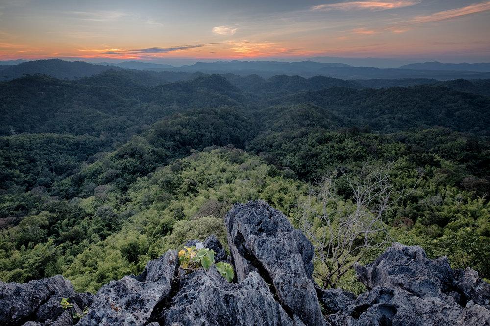 Coucher de soleil sur un rocher au parc national Nam Nao en Thaïlande.