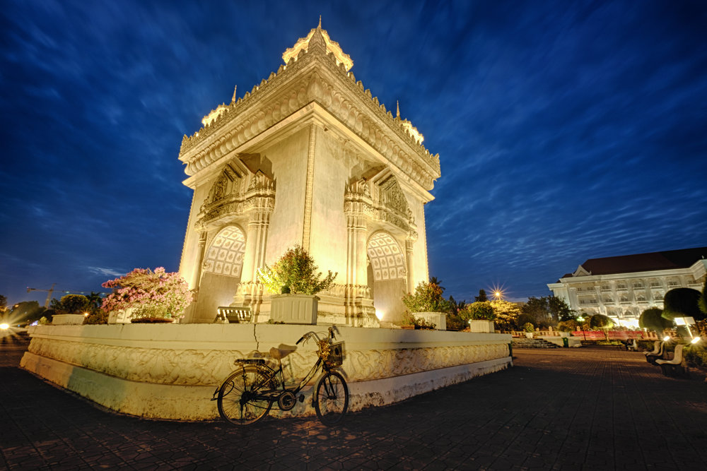 L'arc de triomphe Patuxai est dédié aux personnes ayant combattu la France lors de l'indépendance.