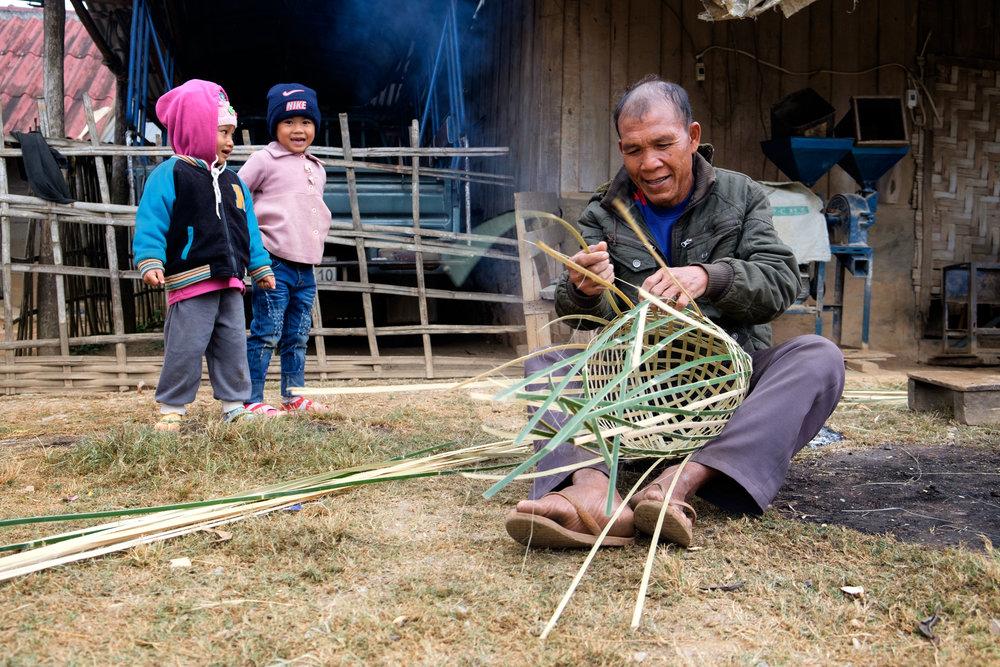 Tout le travail est manuel. Un homme ici tresse un panier qui s'installera sur le dos pour transporter notamment du bois.