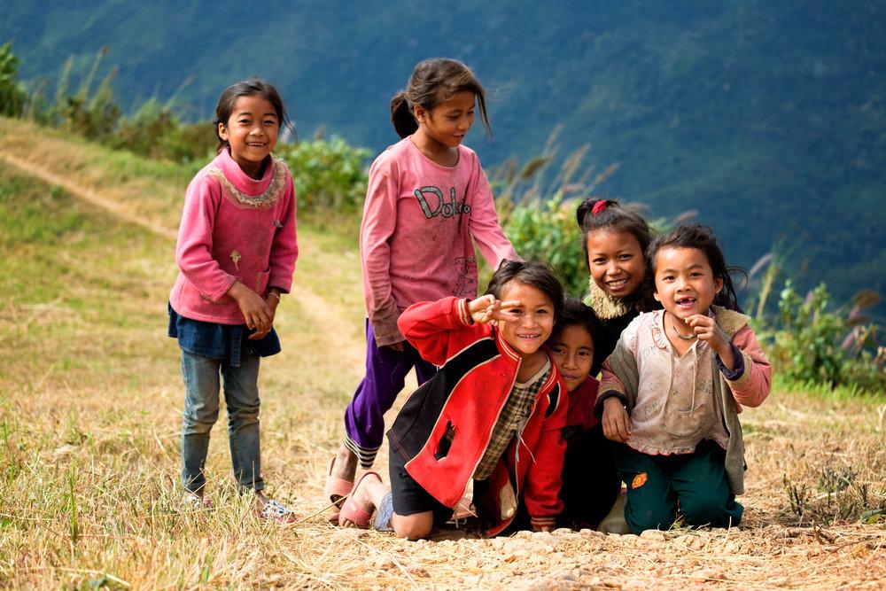Un groupe de fillettes sur le bord de la montagne. Elles se sont mises à courir vers moi en me voyant au loin.