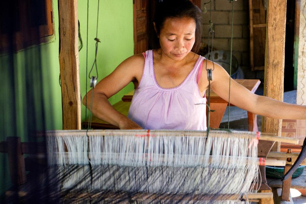 Tissage manuel d'étoffe pour fabriquer les vêtements.