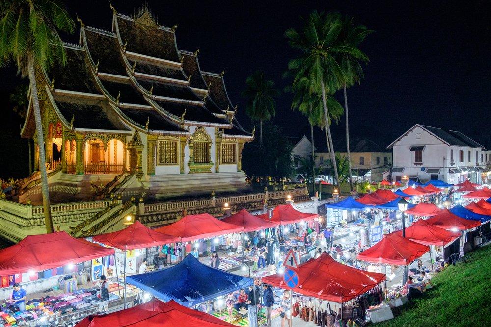 Le marché de nuit de Luang Prabang. Encore plus occupé que durant la journée.