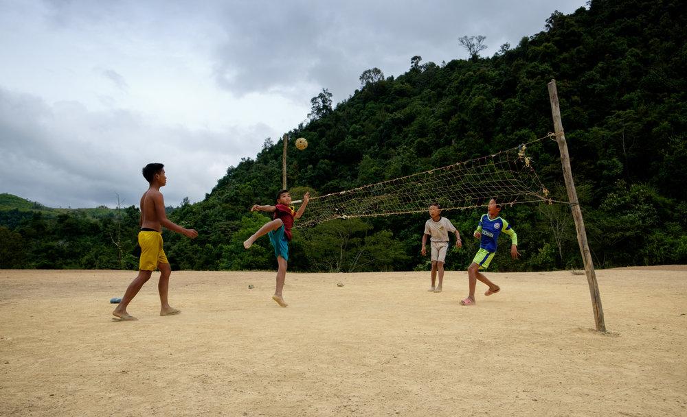 Le volleyball local, seulement avec les pieds et la tête. La balle est un tressage de bois.
