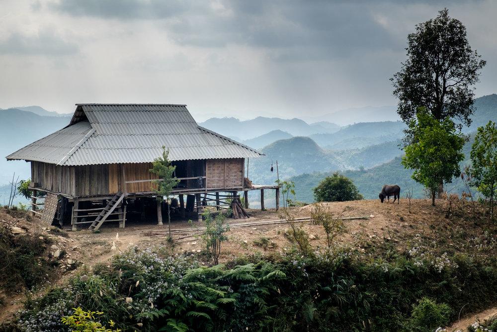 Une des nombreuses maisons du nord du Vietnam sur le bord d'une falaise.