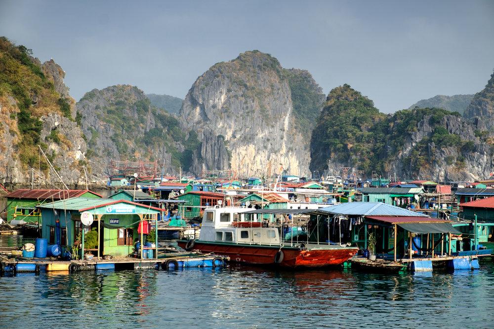 Village sur l'eau dans la baie de Cat Ba.