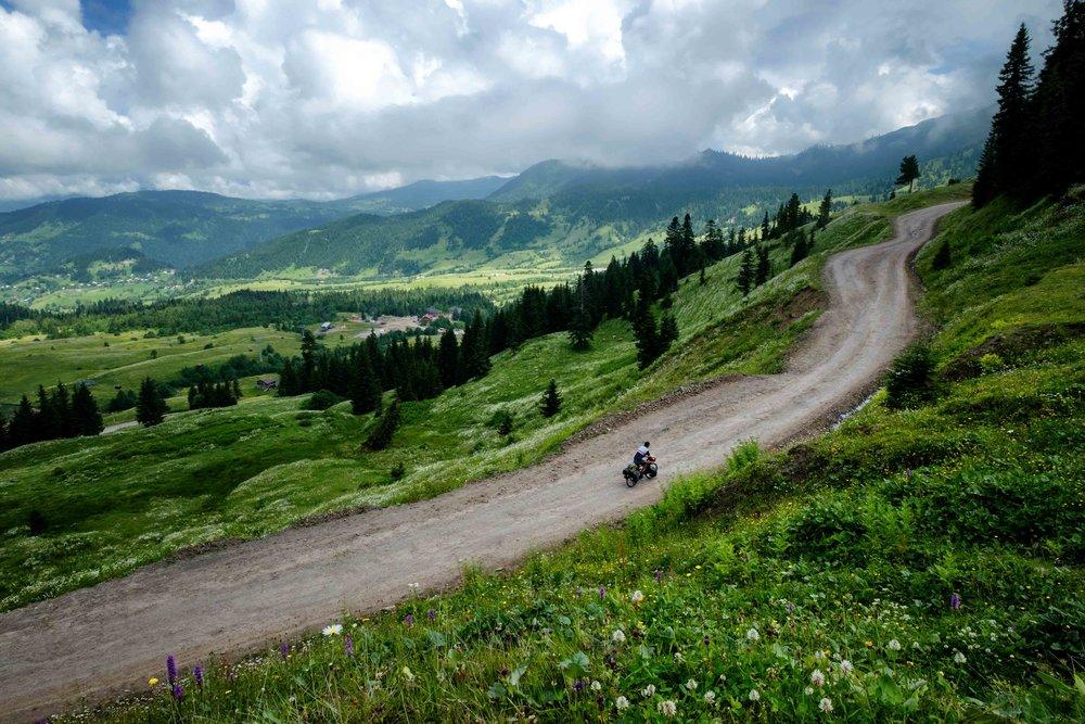 GÉORGIE - Une magnifique capitale, mais surtout un immense terrain de jeu montagneux pour le hiking, le vélo, la moto.