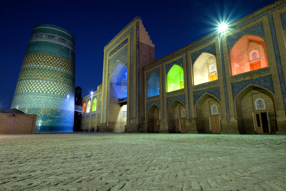 OUZBÉKISTAN - Une architecture étonnante sortie tout droit de la route de la soie de Marco Polo. Des ciels magnifiques et des villes oasis dans les grandes étendues désertiques.