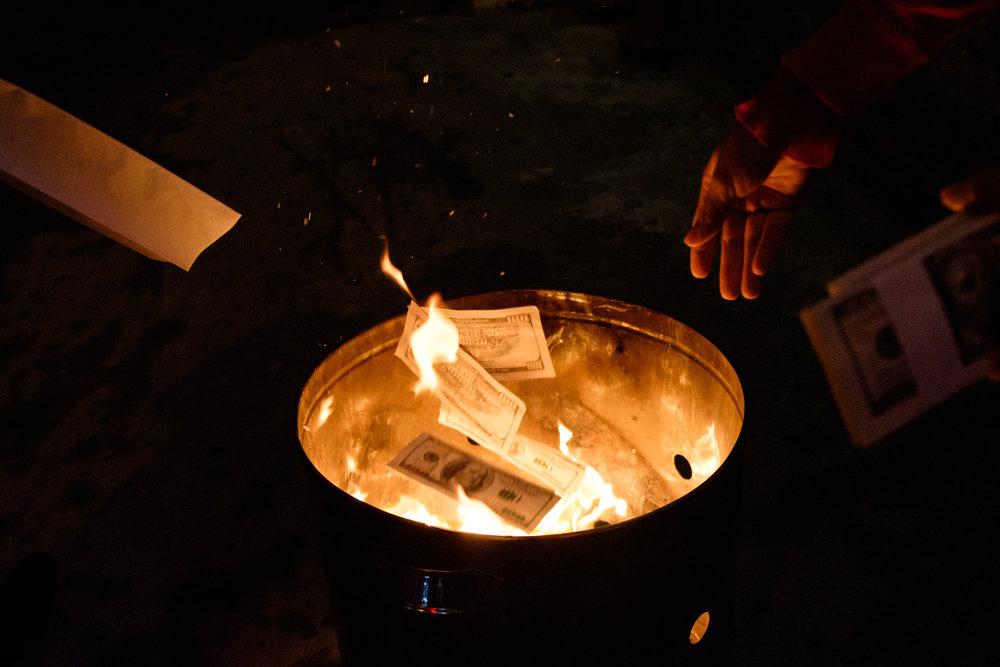 Faire brûler du faux argent en espoir d'en obtenir du vrai.