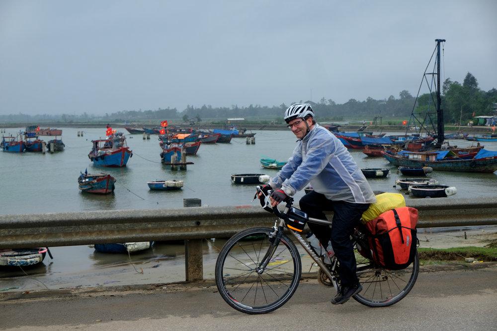 André roulant sous la pluie au Vietnam.