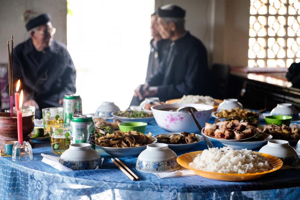 Repas de famille au village, avec un peu de mouches sur le riz.