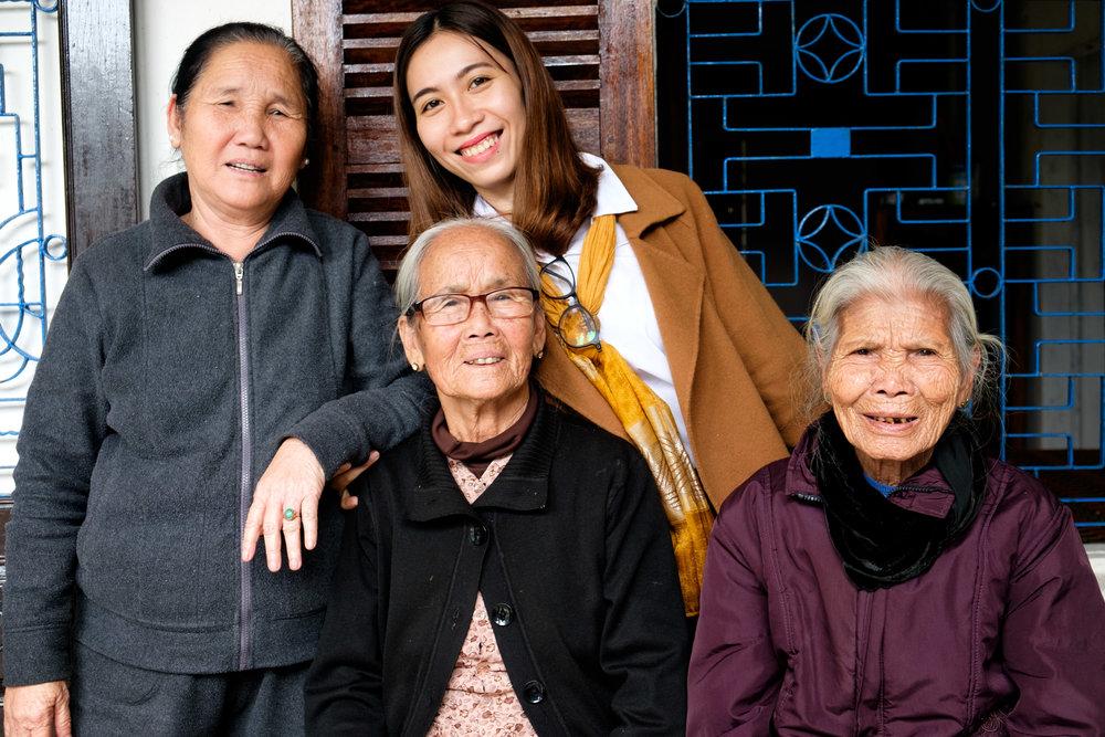 Vinh, au centre, avec des membres de sa belle-famille.
