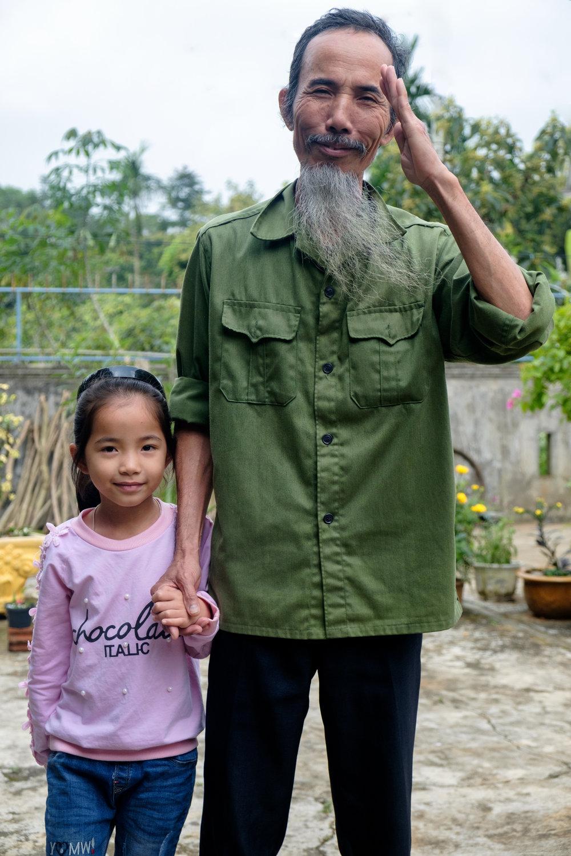 Un père vietnamien ressemblant étrangement à Hô Chi Minh, et sa fille.
