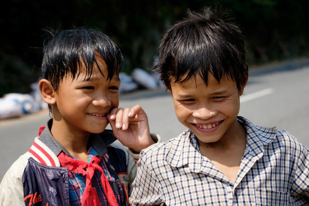 Deux garçonnets curieux en bord de route près de la frontière avec le Laos.
