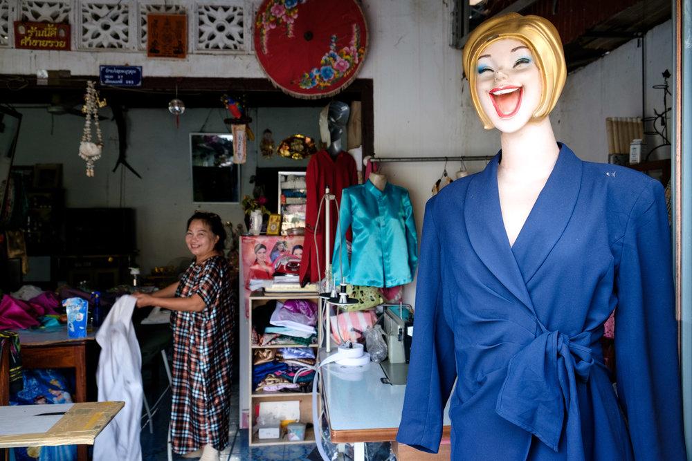 Couturière souriante à Savannakhet.
