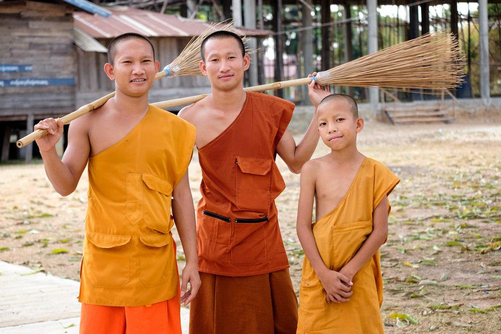 Trois moines et deux balais !
