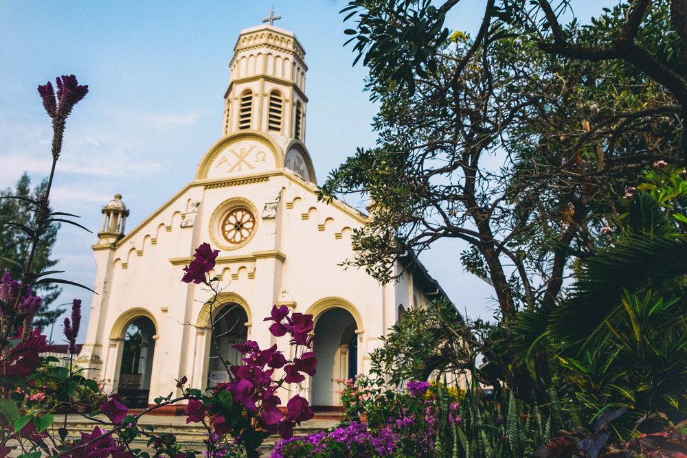 Autant au Vietnam qu'au Laos, c'est étonnant de voir le nombre d'églises un peu partout en ville comme en campagne.