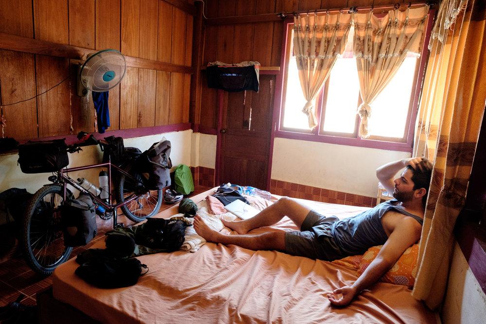 Une chaleur étouffante dans cette chambre sans moustiquaire, donc aux fenêtres fermées. Et un beau bronzage de vélo !