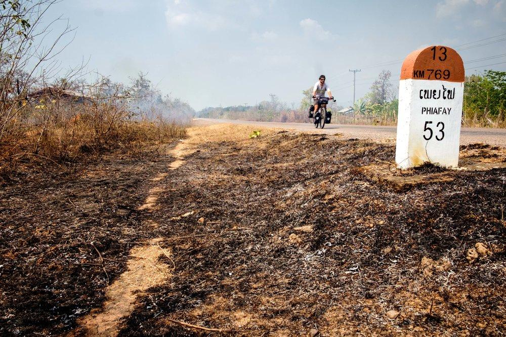 Les bords de route brûlés par les feux allumés à la main.