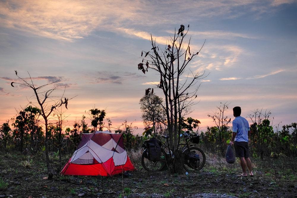 Autre nuit de camping à monter ma tente tout en regardant le ciel.