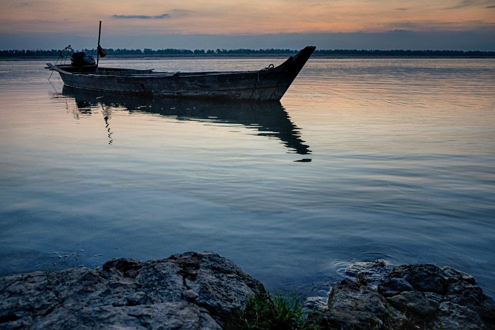 Bateau ancré près de Kratie, au Cambodge.