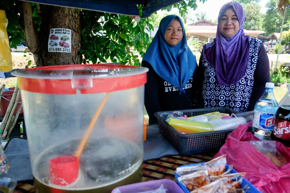 Mère et fille vendant du jus de canne à sucre.
