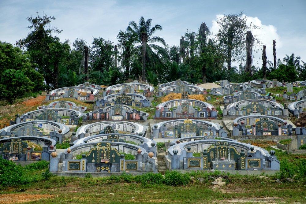 Un des cimetières locaux, le plus souvent construit dans une petite côte.