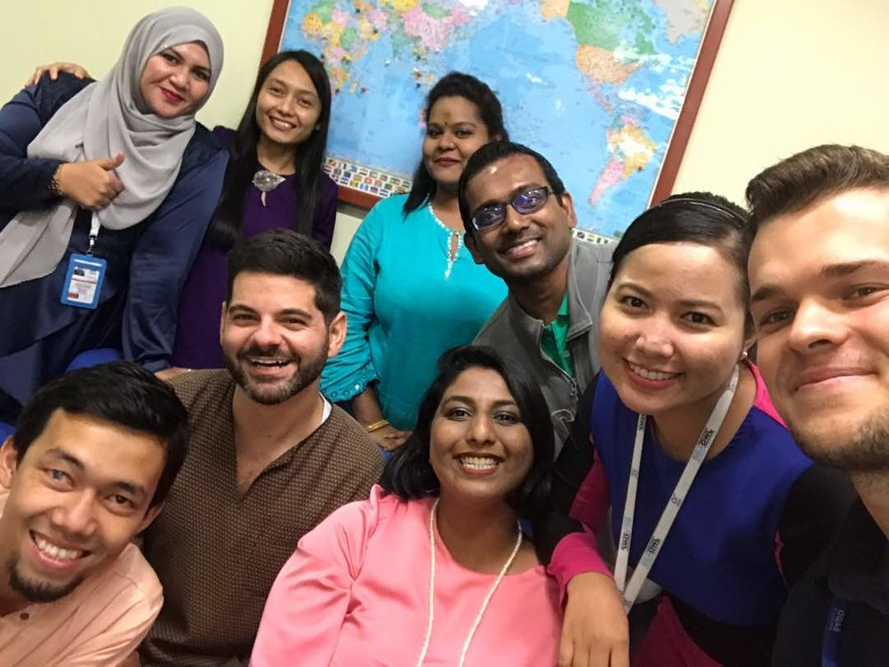 Avec mes nouveaux collègues de travail, tous habillés de façon traditionnelle pour la fin du Ramadan.