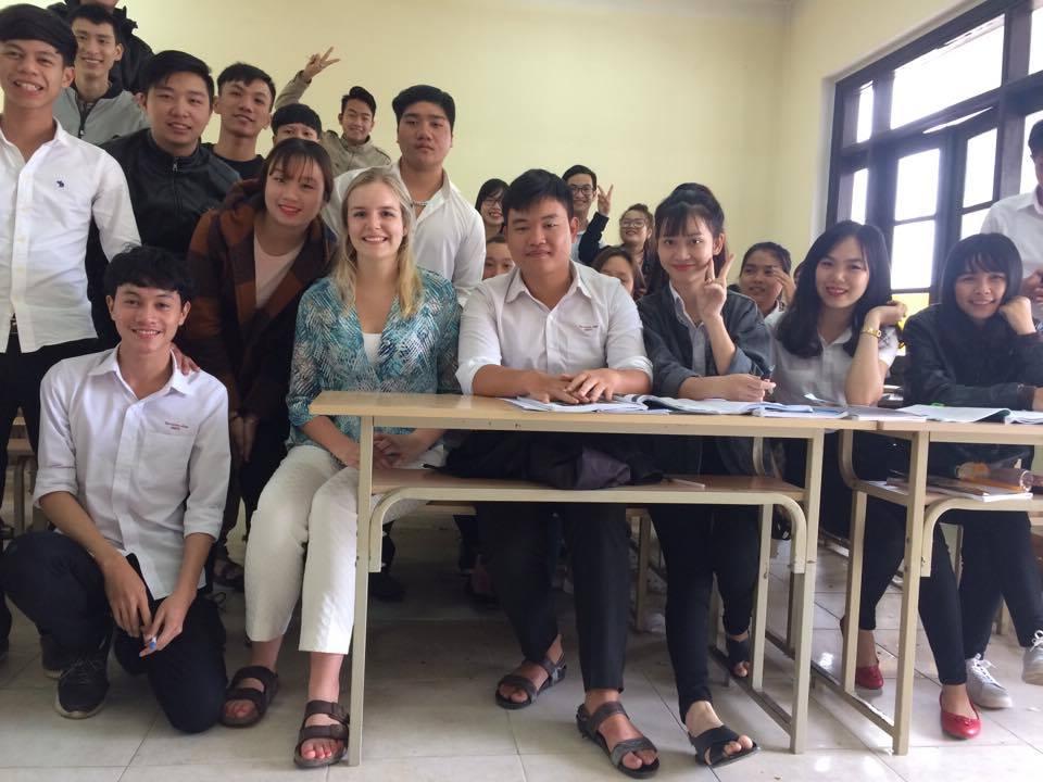 Avec des étudiants du collège où elle travaillait.