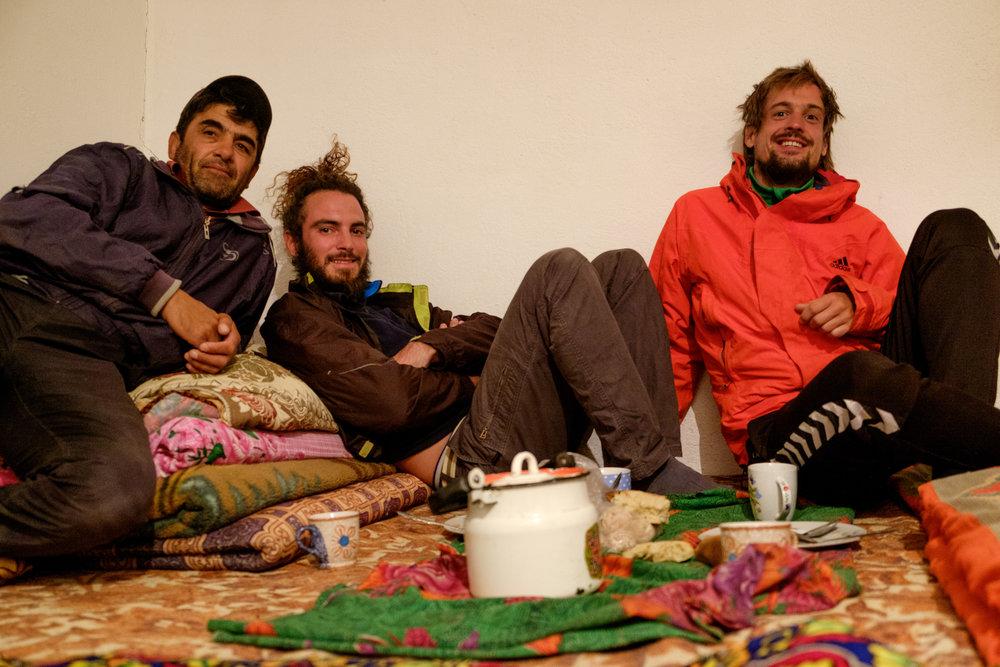 Pierre et Freddy, en compagnie de notre hôte Davlat, au Tadjikistan.