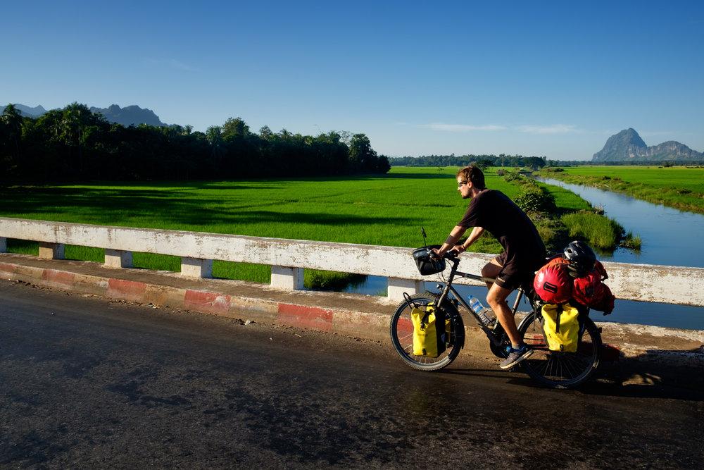 Freddy roulant en Birmanie.