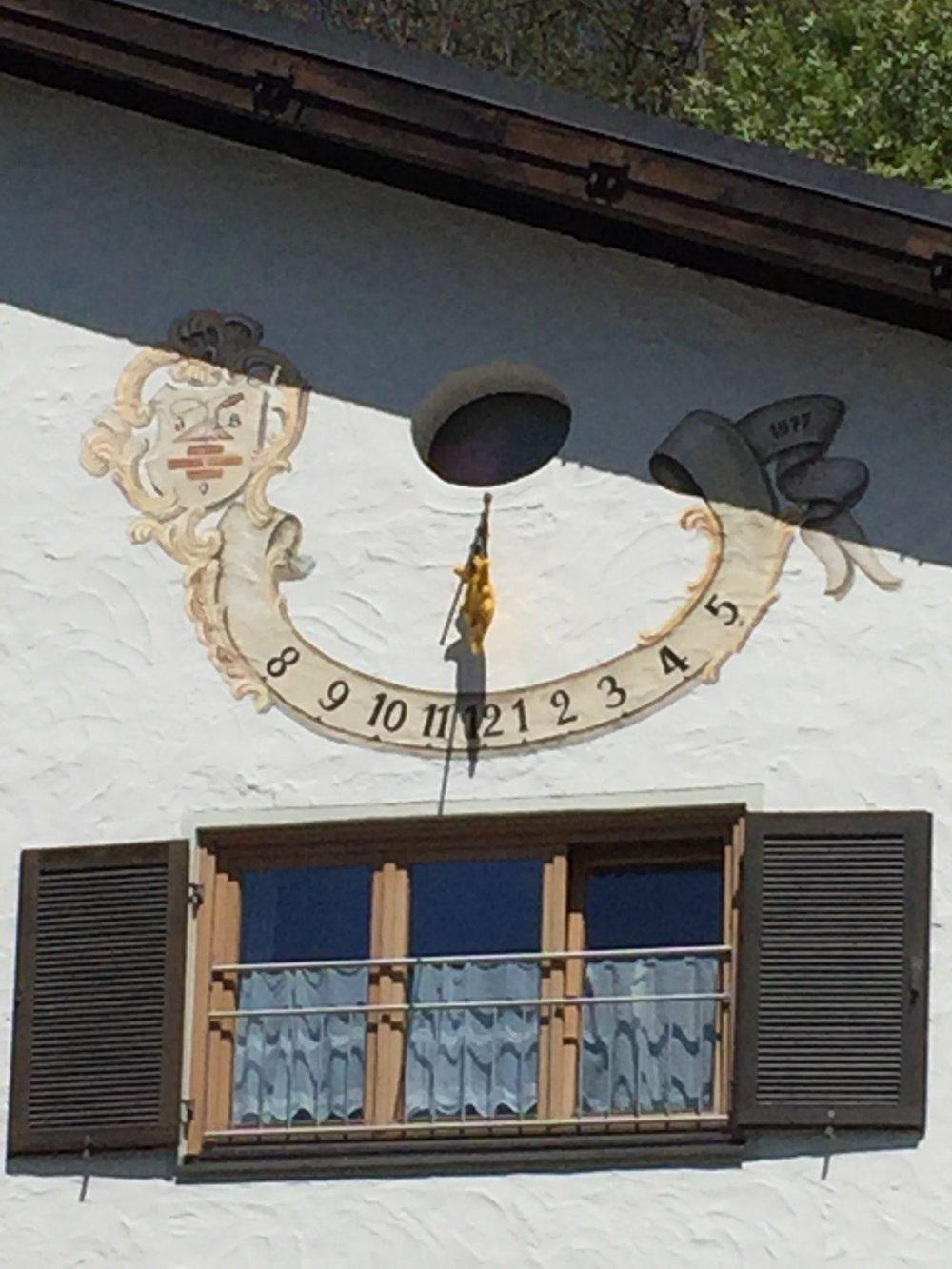 L'horloge solaire directement sur la maison.